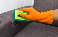 Tijd aan het schoonmaken van de kwaliteitsberoeps gemaakt huis c van de de dienstarbeider Stock Fotografie