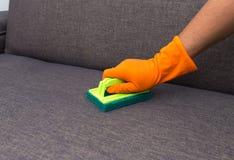 Tijd aan het schoonmaken van de kwaliteitsberoeps gemaakt huis van de de dienstarbeider Royalty-vrije Stock Afbeeldingen