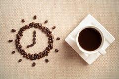 Tijd aan koffie, Kop koffie en koffiebonen Stock Afbeelding