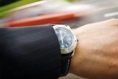 Tijd, auto, horloge, handachtergrond Stock Afbeeldingen
