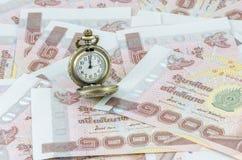 Tijd bij het maken van geld wordt doorgebracht dat Stock Foto's