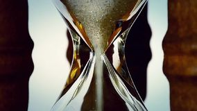 Tijd die door in sandglass overgaan stock footage