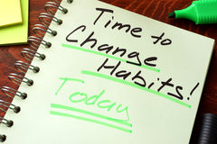 Tijd die gewoonten vandaag te veranderen op een blocnote worden geschreven stock foto's