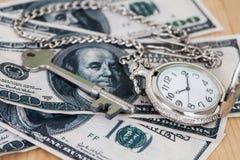 Tijd en het beeld van het geldconcept - oud zilveren zakhorloge Stock Foto's