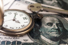 Tijd en het beeld van het geldconcept - oud zilveren zakhorloge Stock Afbeeldingen