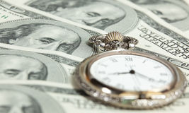Tijd en het beeld van het geldconcept - zakhorloge en de V.S. Stock Foto