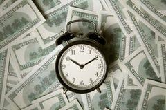 Tijd - geld Bedrijfs concept Analoge uren op een hoop van document Stock Foto's
