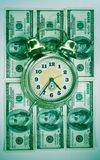 Tijd in geldconcept stock afbeeldingen