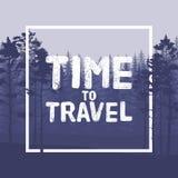Tijd om brief op wilde bosachtergrond met de illustratie van de pijnboomboom te reizen Stock Foto's