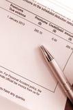 Het betalen van de rekening van de verzekeringspremie Stock Afbeeldingen