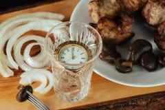 Tijd om een glas wodka te gieten royalty-vrije stock fotografie
