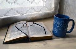 Tijd om thee te drinken en een interessant boek te lezen royalty-vrije stock afbeeldingen