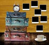 Tijd om thuis met koffiekop te rusten Stock Afbeeldingen