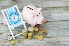 Tijd om uw besparingenconcept met stapel van geld, wekker en spaarvarken te investeren stock afbeelding