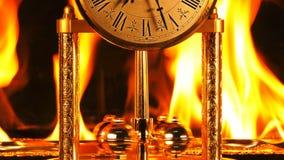Tijd op brand het branden uren stock video