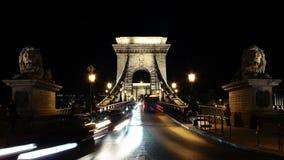 Tijd-overlappingen van een brug in Boedapest bij nacht stock videobeelden
