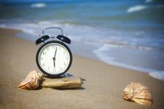 Tijd te ontspannen! Het overzees roept! Stock Foto