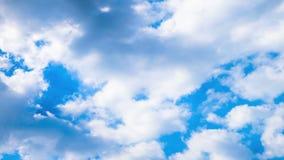 Tijd-tijdspanne bewolkt op blauwe hemellengte stock video
