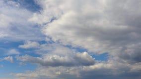 Tijd-tijdspanne fotografie - wolken het snelle vliegen over de hemel stock video