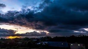 Tijd-tijdspanne tropische zonsopgang die de daken van Balinese traditionele huizen overzien Tropische de tijdtijdspanne van Bali, stock footage