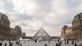 Tijd-tijdspanne van het Louvremuseum en pyramide in Parijs, Frankrijk 4K ultrahoge definitie stock footage