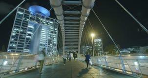 Tijd-tijdspanne van mensen op een brug in Tel Aviv, Israël stock footage