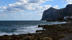 Tijd-tijdspanne van Middellandse Zee, mening van het Eiland van Vrouwen of Isola delle Femmine, Sicilië stock videobeelden