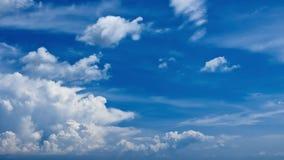 Tijd-tijdspanne van witte wolken die zich tegen een blauwe hemel bewegen - 30p 4k