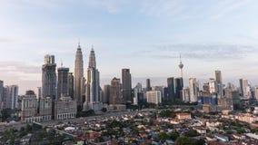 Tijd-tijdspanne van zonsopgang in Kuala Lumpur-horizon rond de tweelingtorens van Petronas stock footage