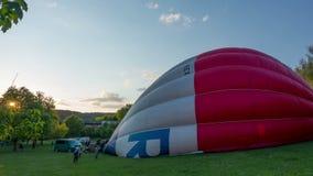 Tijd-tijdspanne video van de kleurrijke lancering van hete luchtballons 4K breed de hoekschot van UHD stock videobeelden