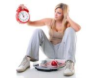 Tijd voor dieetvermageringsdieet. Groot meisje met schaal. stock afbeelding