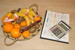 Tijd voor diner Het concept gewichtsverlies, wellness en gezonde levensstijl Vegetarisch fruitdieet Producten met met laag vetgeh Stock Foto