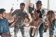 Tijd voor een verjaardagscake Hoogste mening van gelukkige jonge mensencelebratin Royalty-vrije Stock Afbeeldingen