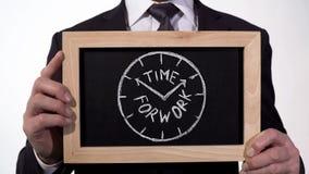 Tijd voor het werkklok op bord in zakenmanhanden wordt getrokken, programma planning die stock foto