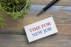Tijd voor nieuwe baan Bureaulijst met blocnote, pen en bloem Hoogste mening Stock Afbeeldingen