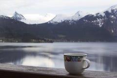 Tijd voor ochtendthee in openlucht Royalty-vrije Stock Foto