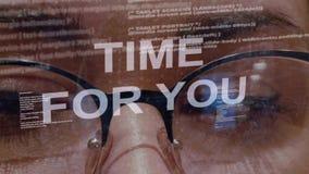 Tijd voor u tekst op achtergrond van vrouwelijke ontwikkelaar stock footage