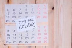 Tijd voor Vakantie op document nota over een muurkalender die wordt geschreven royalty-vrije stock afbeeldingen