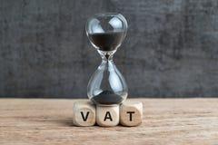 Tijdaftelprocedure voor de BTW het concept, de zandloper of s van de verhogingsuiterste termijn royalty-vrije stock foto