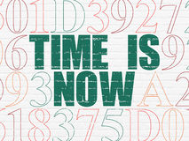 Tijdconcept: De tijd is nu op muurachtergrond Royalty-vrije Stock Afbeeldingen