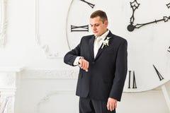 Tijdconcept, mens en grote klok Royalty-vrije Stock Fotografie