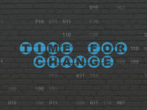 Tijdconcept: Tijd voor Verandering op muurachtergrond Stock Fotografie