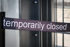 Tijdelijk gesloten banner - tijdelijk gesloten teken openluchtexh stock afbeelding