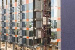 tijdelijke liften die voor bouw gebruiken Stock Foto