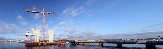 Tijdelijke technologische platforms met viaducten op weg en Stock Afbeeldingen