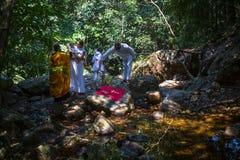 Tijdens de onderdompeling van het ritendoopsel in water - het eerste en belangrijkste Christelijke geheim Stock Foto