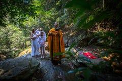 Tijdens de onderdompeling van het ritendoopsel in water - het eerste en belangrijkste Christelijke sacrament Stock Foto