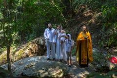 Tijdens de onderdompeling van het ritendoopsel in water - het eerste en belangrijkste Christelijke sacrament Royalty-vrije Stock Afbeeldingen