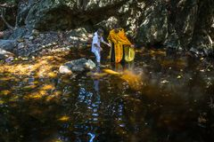 Tijdens de onderdompeling van het ritendoopsel in water - het eerste en belangrijkste Christelijke sacrament Royalty-vrije Stock Afbeelding