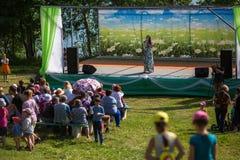 Tijdens festivalgebeurtenissen gewijd aan 69ste verjaardag van de vorming van Nikolskiy van de stedelijk-typeregeling op de rivie Royalty-vrije Stock Foto
